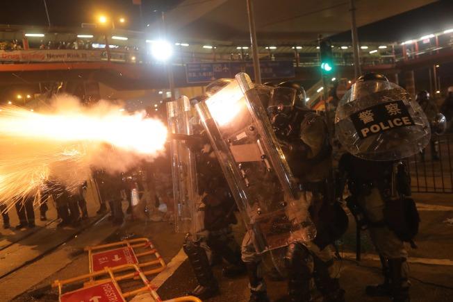香港上環如戰場,警民嚴重衝突,對扔催淚彈和磚頭。(Getty Images)