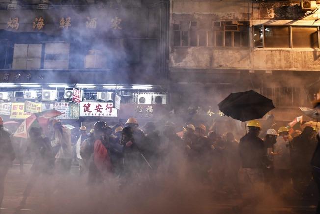 香港警方在西環驅散示威者,並向示威者連續施放多枚催淚彈。(Getty Images)