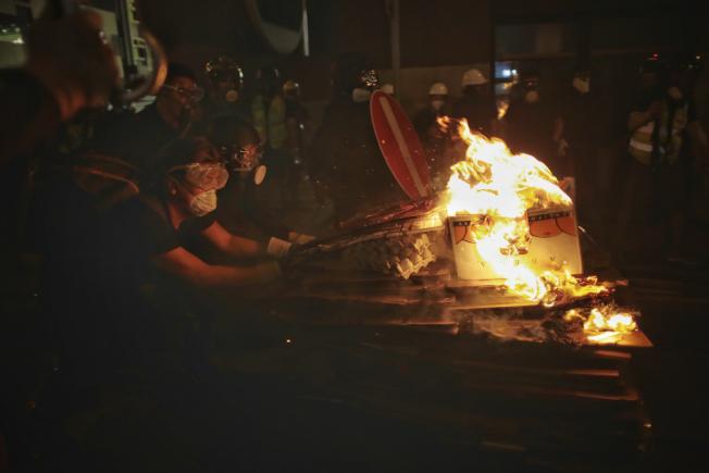 香港衝突升溫 ,上環示威者暴力升級,多處縱火。美聯社