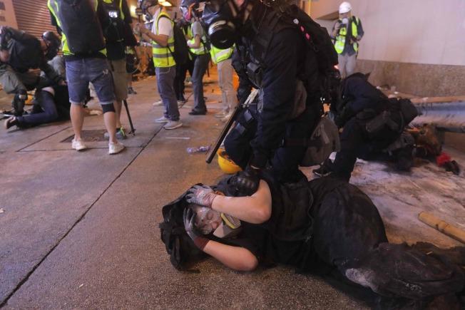 現場有示威者被警方壓制在地,動彈不得。(Getty Images)