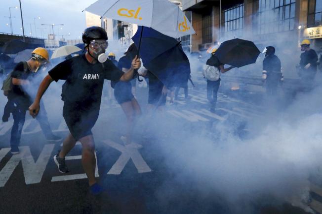 香港警方在西環驅散示威者,並向示威者連續施放多枚催淚彈。美聯社