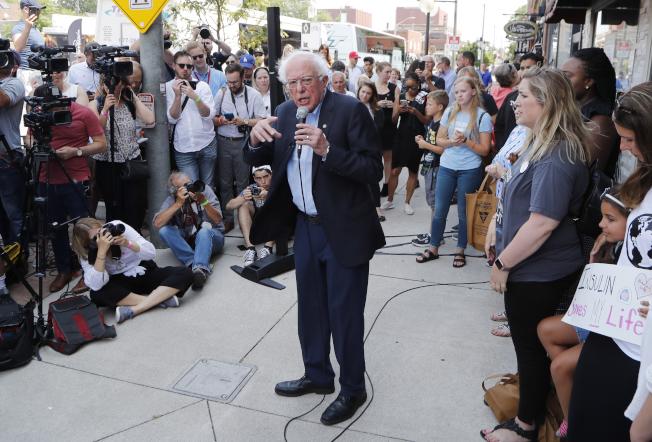 民主黨總統參選人桑德斯28日在加拿大溫莎市一家藥店前,痛批美國的高藥價。(美聯社)