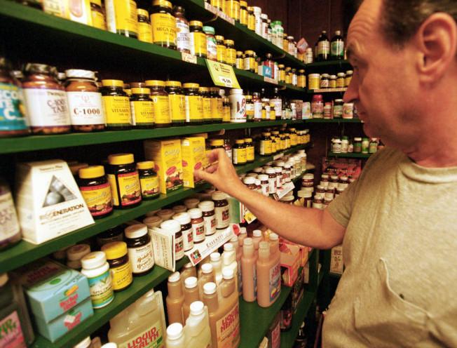 研究指出,多數維他命和營養品在維護心臟健康和延長壽命方面,不如人們想得這麼有幫助,只有葉酸和魚油值得買。 圖為商店販售的各種維他命補品。(Getty Images)