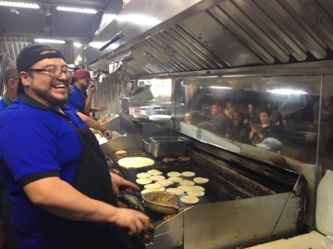 主打各種Taco,兼容中餐和墨西哥餐味道,阿米哥的美食餐車在聖蓋博山谷大道上博得不少人氣。(記者楊青/攝影)