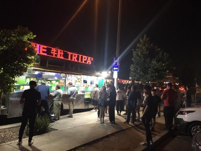 聖蓋博山谷大道上的路邊美食街餐車,越夜越熱鬧。(記者楊青/攝影)