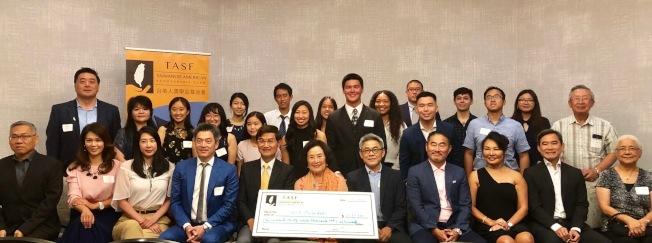 台美人獎學金基金會(TASF)28日頒發2019年清寒獎學金,捐贈者與受贈學生合影。(記者胡清揚/攝影)