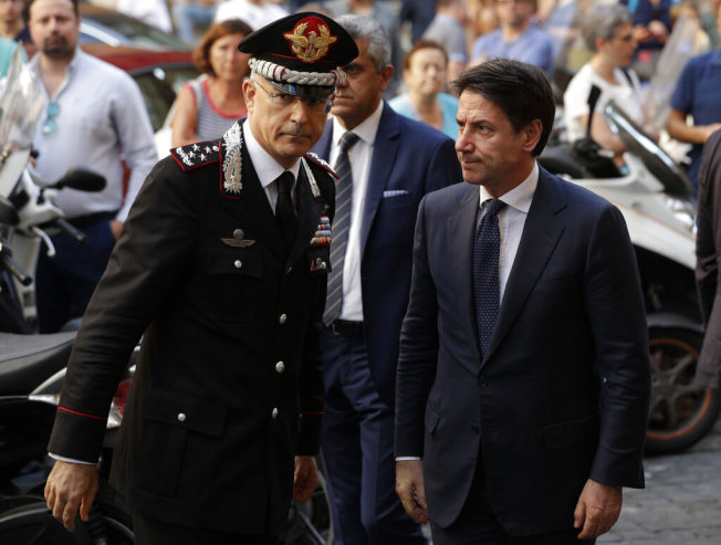 義大利國家憲兵隊司令尼斯曲(左)與總理孔蒂前往教堂致哀。(美聯社)