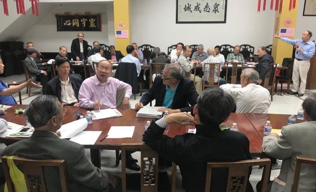 中華總會館在月會中激烈討論東華醫院修改章程計畫,包括醫院董事伍璇燦(左站立者)及李焯宗(右站立者)。(記者李秀蘭/攝影)