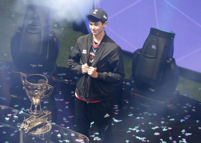 美國賓州16歲少年吉爾斯多夫於28日在紐約舉行的電競賽事「要塞英雄」世界盃中贏得總冠軍,抱回300萬美元獎金。   歐新社
