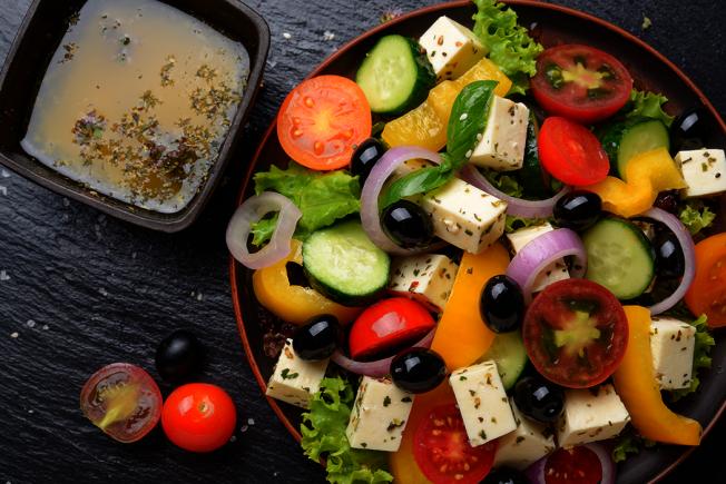 不論在家烹調或外食,都要小心鈉含量高的食物,包括:醃製食物、各類裹粉、醬油、醋、調味品、醬包、泡麵、滷肉飯、包子等,一不注意就容易超量。建議多吃以下4種類食物,即可幫助「減鈉」延壽。 圖/ingimage