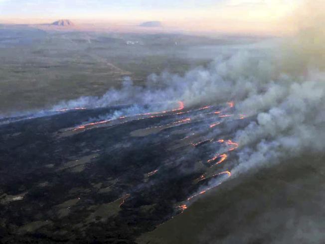 周末迄今,美西地區至少出現16起森林野火。圖為愛達荷州發生野火。(美聯社)