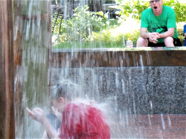 熱浪來襲,氣象局發出高溫公告, 圖為孩子在波士頓市內的公園噴水池戲水。(記者唐嘉麗/攝影)