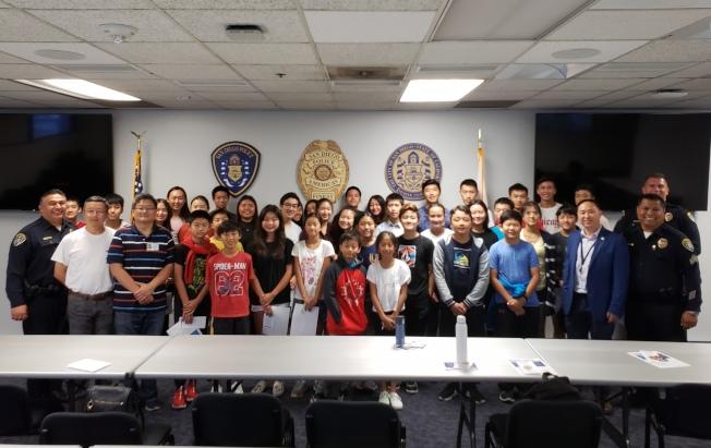 聖地牙哥亞裔平權會率領30名青少年參訪市警局總部。(圖:亞裔平權會提供)
