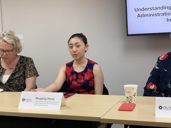 鄧淑萍表示,移民勿 因恐慌而放棄政府福利。(記者和釗宇/攝影)