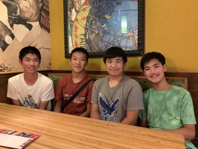 由祈建宇、林庭任、曹家誠、徐樂亦及Steven Liu組成的小隊在模擬犯罪現場表現突出,獲得500元獎金。(記者賴蕙榆/攝影)
