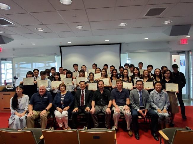 第七屆李昌鈺CSI鑑識科學營結業,前排左四是李昌鈺。(活動方提供)