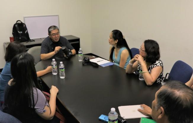 世報攝影班老師賈忠(右三)講授相機的基本設置與操作要求。(記者封昌明/攝影)