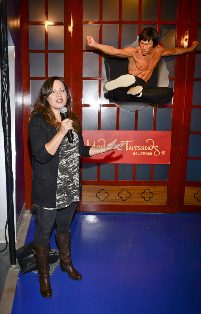 70年代工夫巨星李小龍的女兒李香凝(右)不滿新片「從前,有個好萊塢」醜化父親。圖為她2014年參加好萊塢杜莎夫人蠟像館李小龍蠟像的揭幕活動。(Getty Images)
