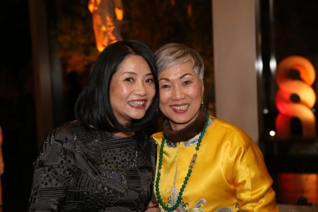 洛杉磯時報29日撰文報導寶爾博物館華裔董事長施劉秀枝(右),左為時裝設計師郭培。(洛杉磯時報)