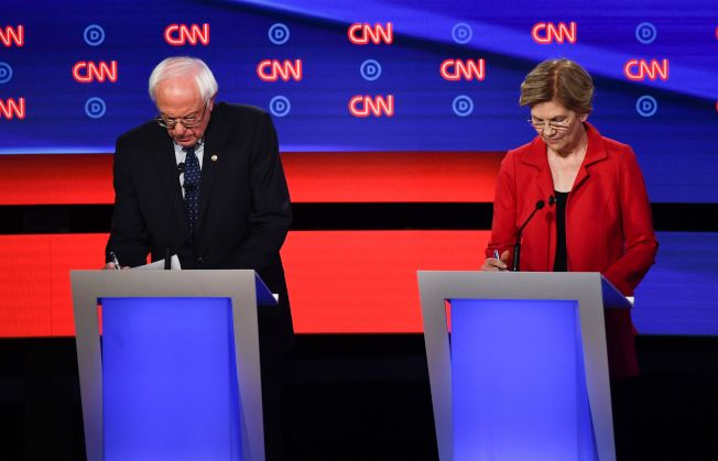 首場辯論,以同是黨內自由派的桑德斯參議員(左)與華倫參議員(右)之爭,最為吸引關注。(Getty Images)