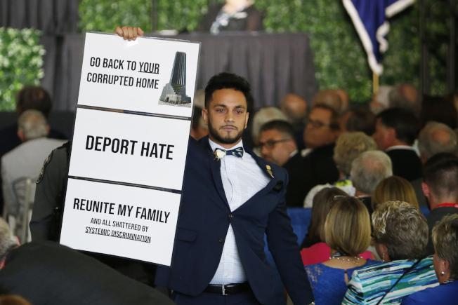 川普總統30日出席維州詹姆士鎮代議制400周年紀念儀式,在致辭時被維州穆斯林議員鬧場,舉起抗議「遣送仇恨」、「還我家園」等標語。。(美聯社)