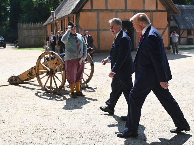川普總統30日在專人陪同下,參觀詹姆士鎮的殖民時代的仿古建築與用品。(Getty Images)