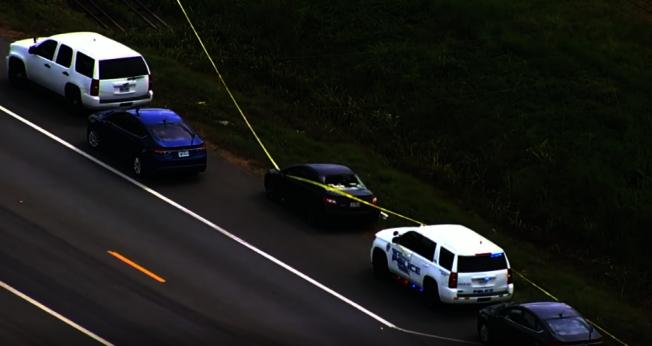 女子遭前男友於公路上追殺,座車後方玻璃遭子彈射穿破裂。(ABC13電視台)