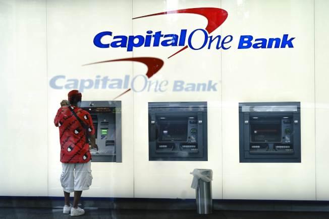 Capital One 銀行正在採取措施補救遭到內部資訊工程師竊取用戶個資的巨大衝擊。消費者用戶30日在紐約市使用Capital One銀行的提款機。(Getty Images)