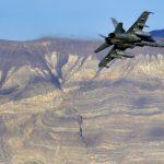 大黄蜂戰機墜毀死亡谷  飛官失蹤 7遊客受傷