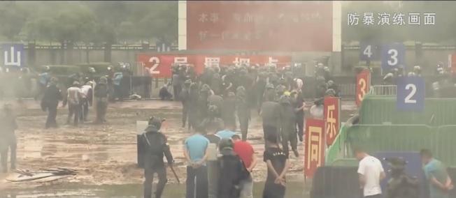 中共解放军驻港部队7月31日晚间发布的宣传片,在其中一段防爆演练画面,抗议民众最终遭解放军制伏并逮捕。(截图自解放军驻港部队宣传片)