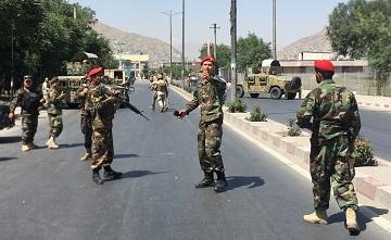 川普22日表示美國可在一周內打贏阿富汗戰爭,阿富汗十天內就會從地球消失,只是他不願意這樣做。圖為喀布爾7月1日發生爆炸,士兵趕赴爆炸現場。(美聯社)