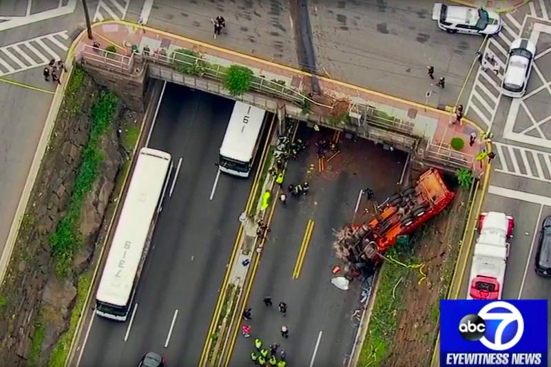 一輛大卡車今天下午1點左右在靠近林肯隧道(Lincoln Tunnel)的NJ-495公路往西的方向翻車。美聯社