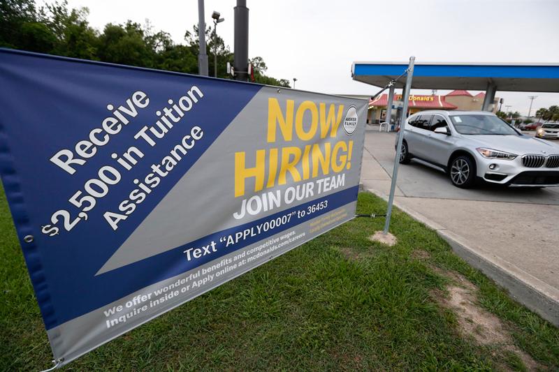美國公布6月就業數據偏強,非農業就業人數大幅回升,僅薪資升幅稍弱,顯示美國景氣依然穩健,也使聯準會(Fed)7月底降息的機率稍降。美聯社