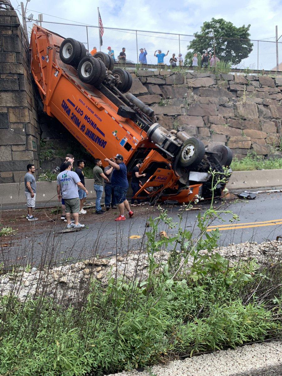 一輛大卡車今天下午1點左右在靠近林肯隧道(Lincoln Tunnel)的NJ-495公路往西的方向翻車。圖取自@njdotcom推特