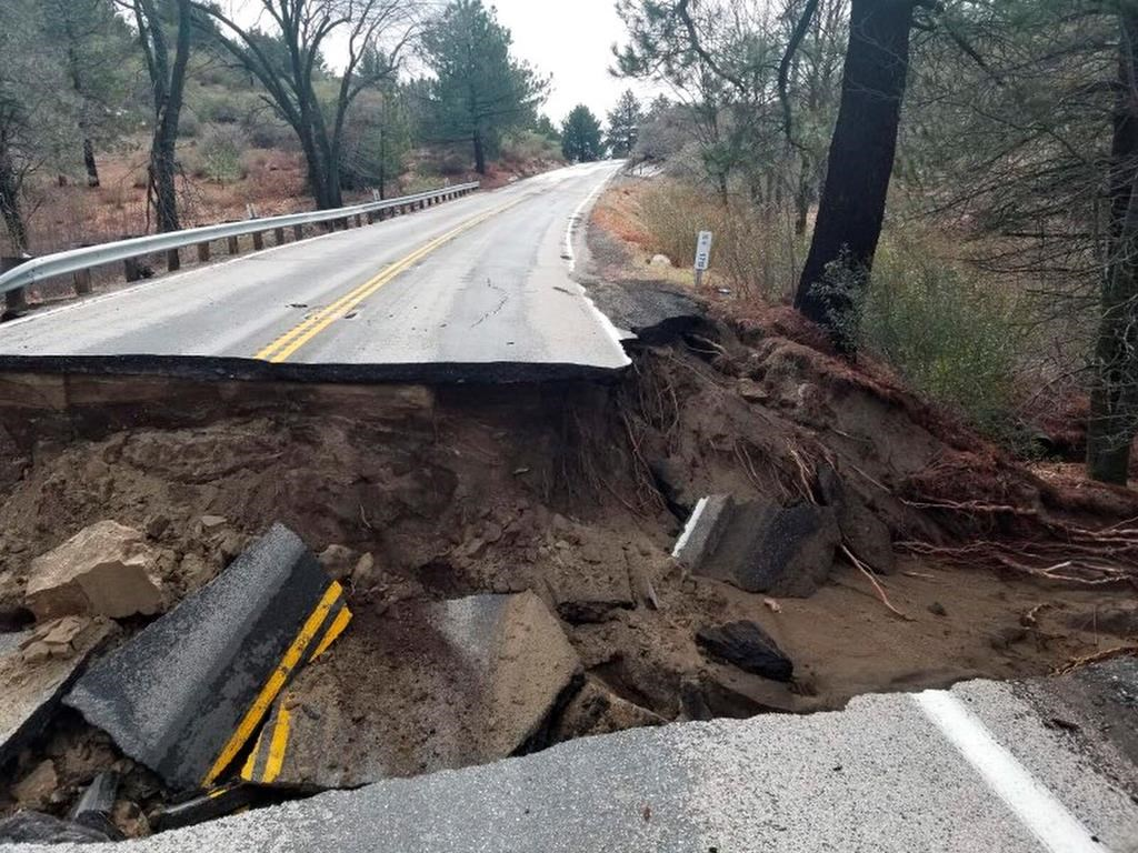 南加州山區的旅遊勝地愛德懷(Idyllwild)附近243號高速公路今年2月時遭受風暴破壞。美聯社檔案照片