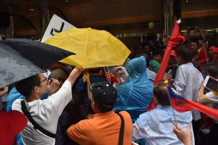 蔡英文過境紐約,在下榻飯店外支持與反對雙方發生肢體衝突。(記者顏嘉瑩/攝影)