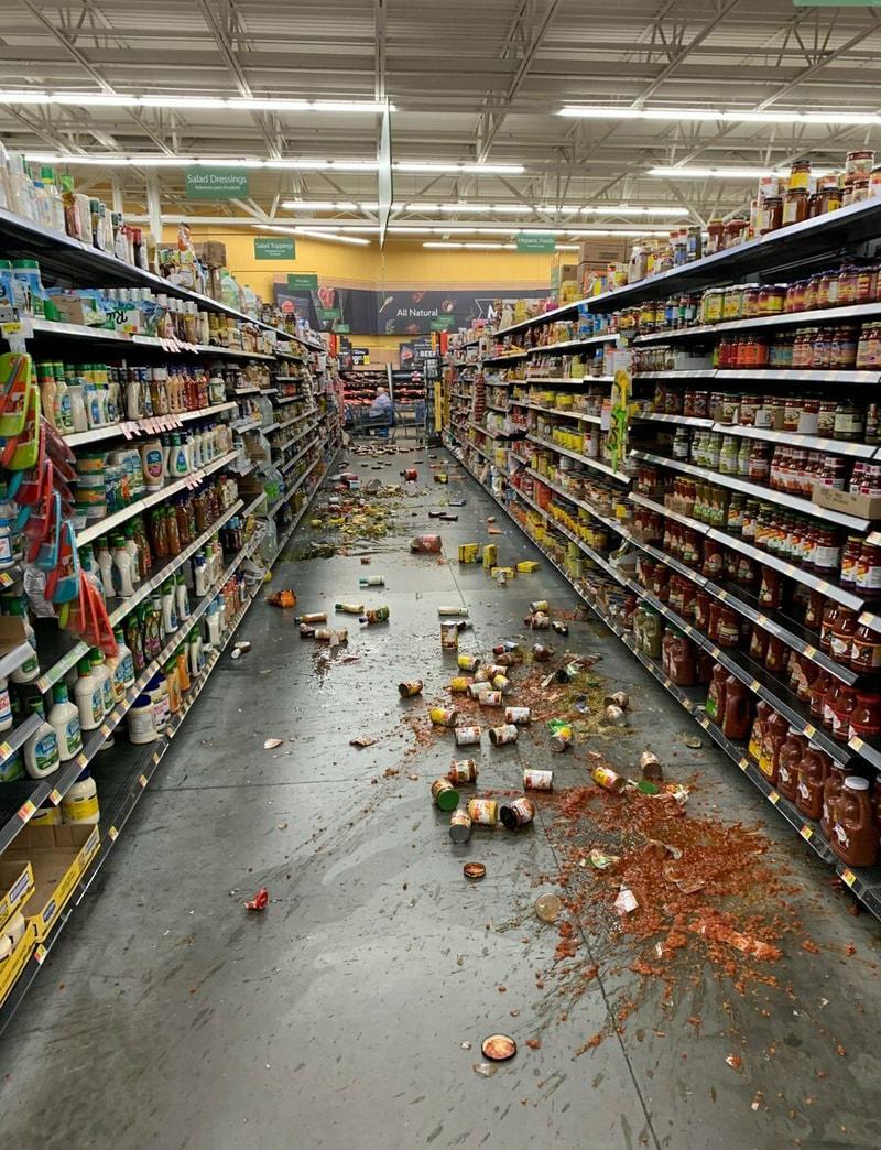 洛杉磯東郊5日晚間8時19分又發生芮氏規模7.1大地震。圖為 Yucca Yalley一家沃爾瑪的貨架上,不少貨品掉落地面。(美聯社)