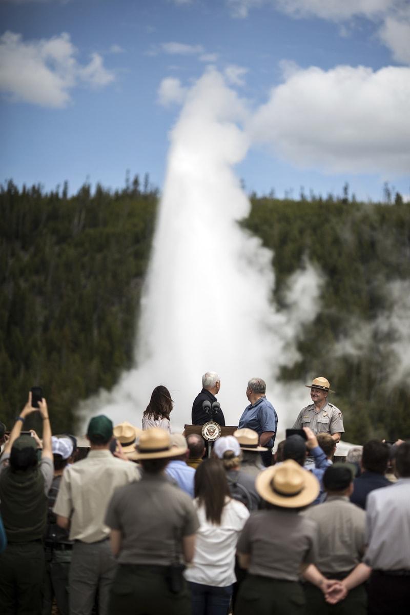 黃石公園的噴泉也逐漸活躍,圖為美國副總統潘斯在黃石公園演講。(美聯社)