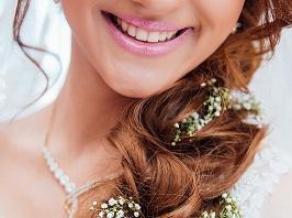 美國每年約有4000萬人使用非處方的牙齒美白產品,卻不知道這些產品中含有過氧化氫的漂白物質,會危害牙齒健康。圖為示意圖。(Photo by Alvin Mahmudov on Unsplash)