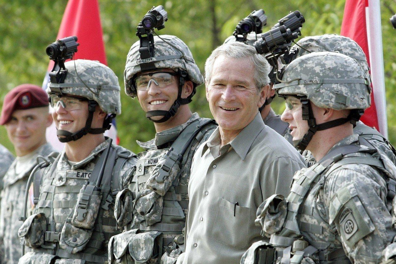 小布希(前右二)2006年國慶到北卡州的布雷格堡陸軍特種部隊司令部視察。(美聯社)