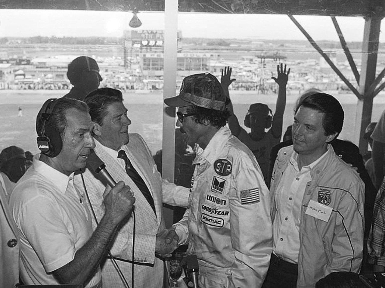雷根(左二)1984年國慶跑去看大通灣賽車。(美聯社)