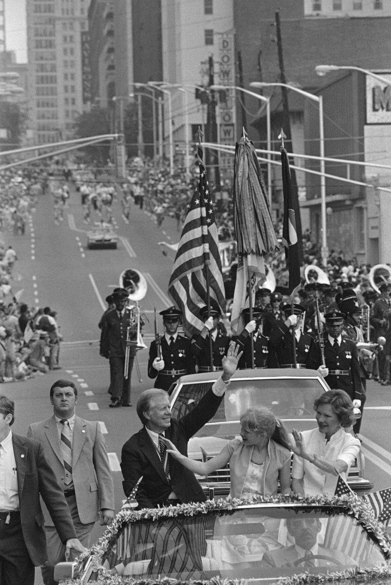 1981年國慶,已是前總統的卡特與妻子女兒在老家亞特蘭大帶頭大遊行。(美聯社)