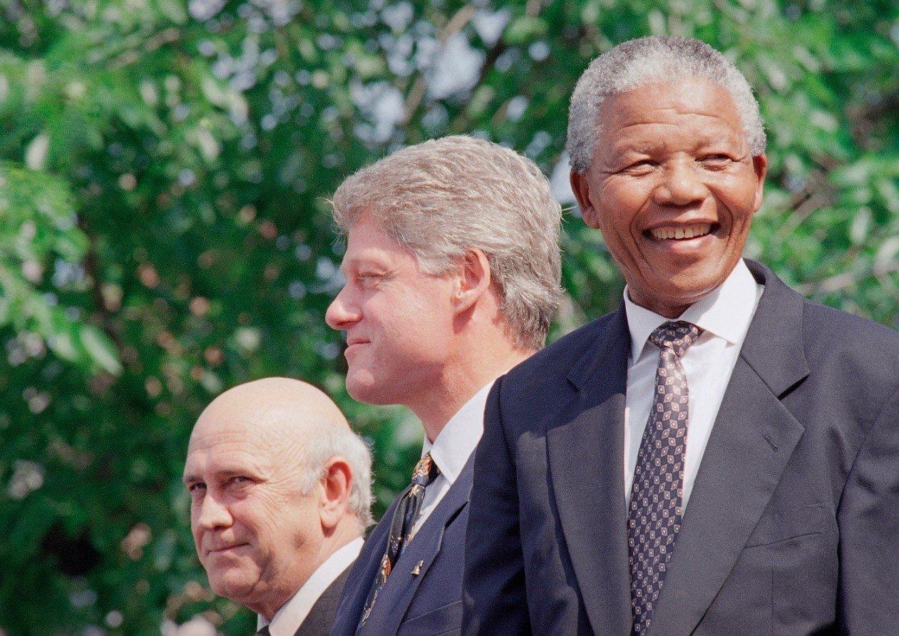 柯林頓(中)1993年國慶找來南非前後任總統戴克拉克(左)與曼德拉(右)予以表揚。(美聯社)