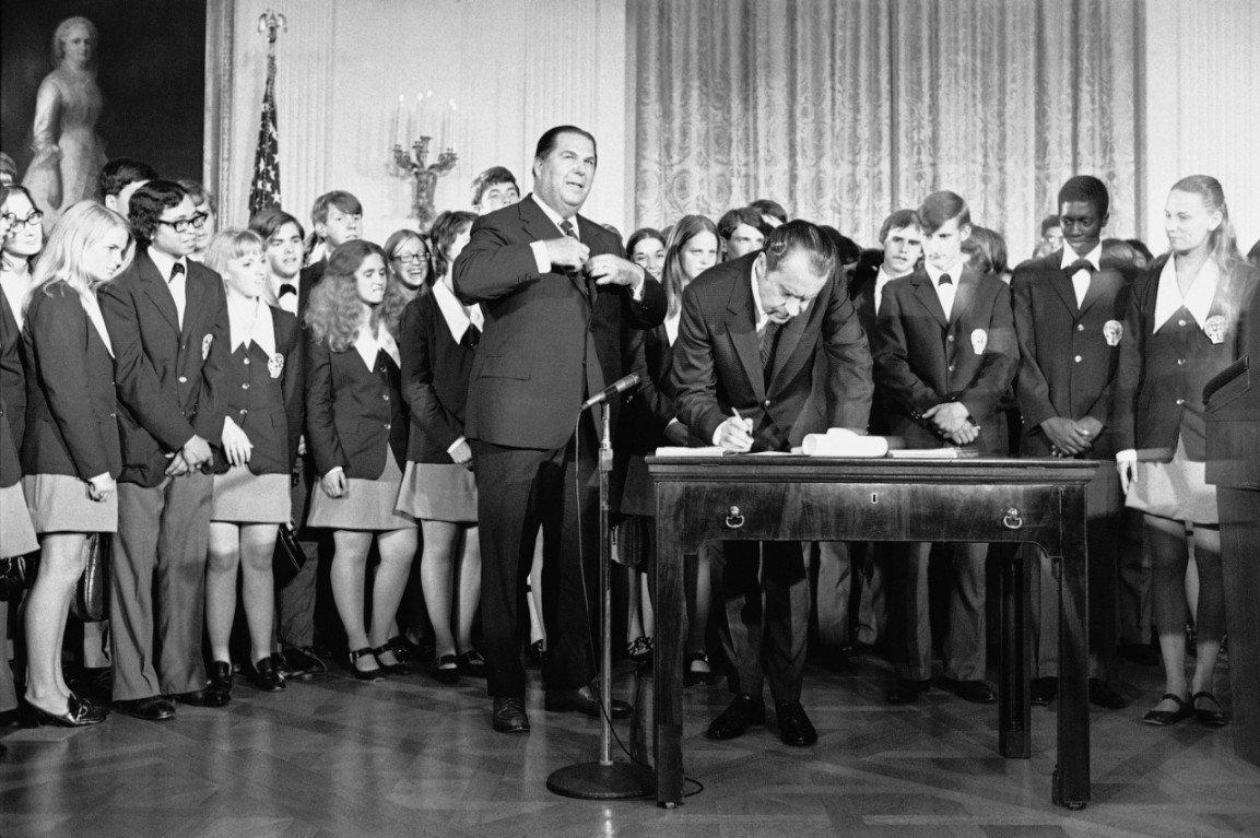 尼克森1971年國慶日簽署憲法第26條修正案,將投票權年齡自21歲下修至18歲。(美聯社)