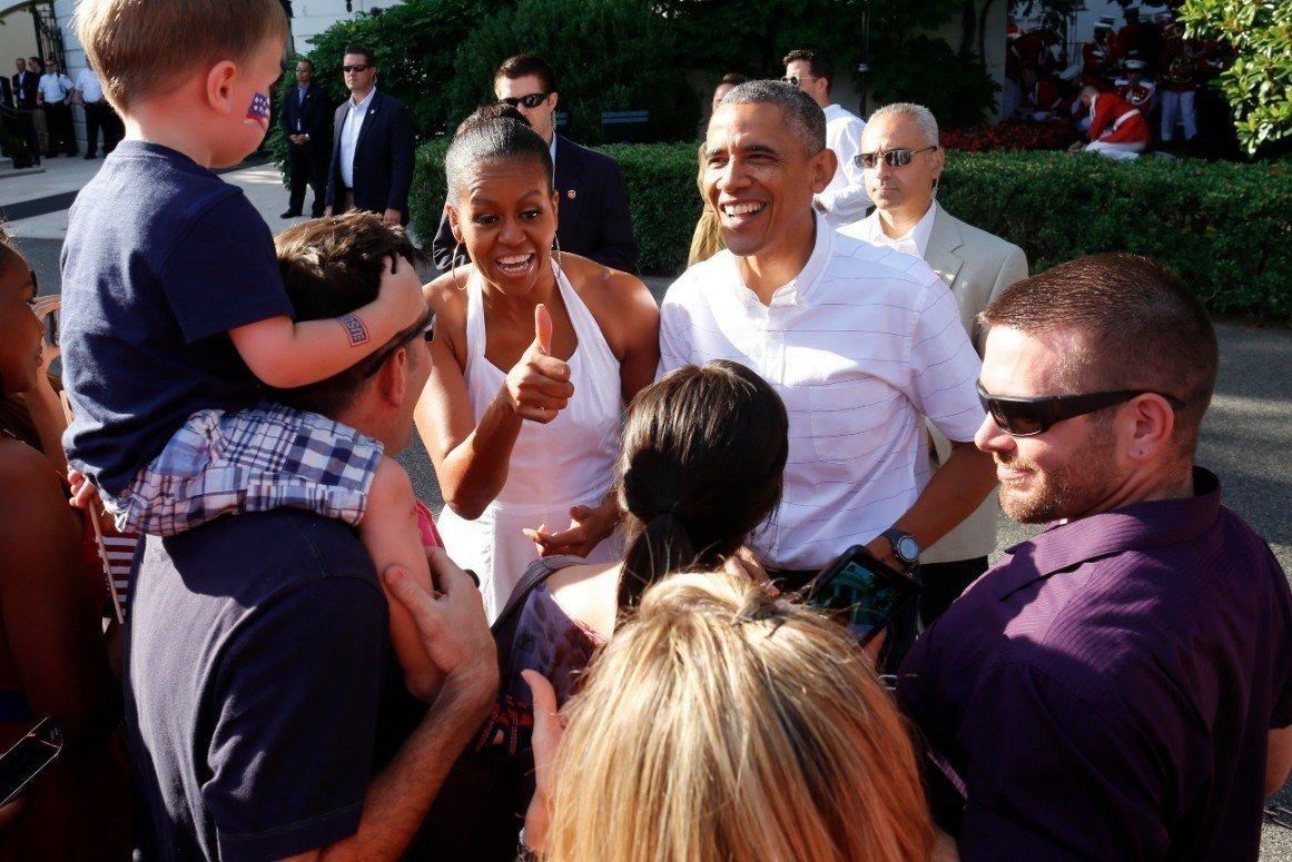 歐巴馬伉儷2014年國慶日在白宮草坪烤肉,宴請軍人和其家屬。(美聯社)