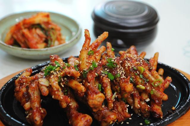 而許多人相信吃雞爪、豬腳等食物就能夠補充膠原蛋白。但其實吃進肚子裡的是油脂。(Pixabay)