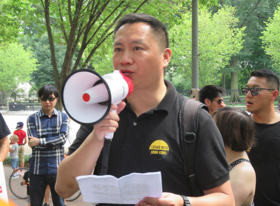 聲援香港「反送中」的華府民眾18日聚集在白宮前集會,中國大陸民運人士王丹參與活動。華盛頓記者張加/攝影