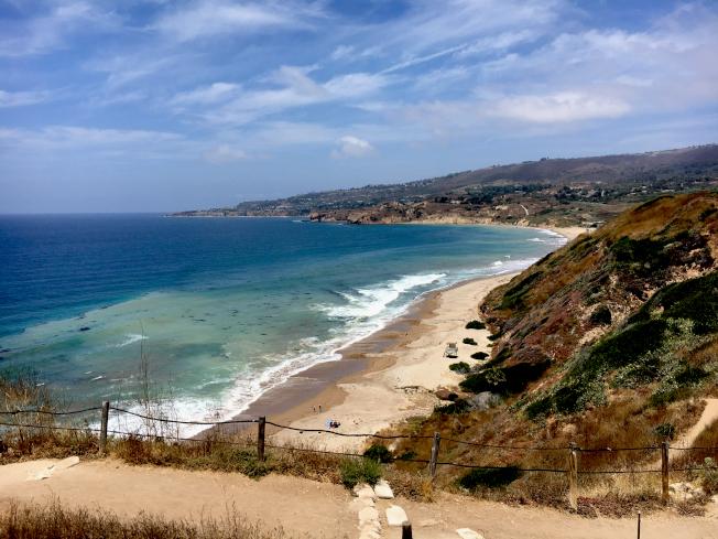 附設公共步道蜿蜒通向崖下海灣。靜寂的粗砂礫石海灘,常年有救生員守護。