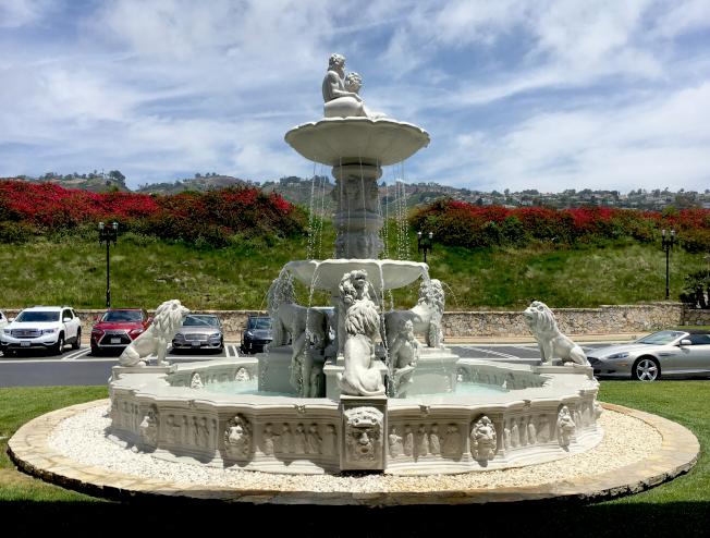 俱樂部門前噴泉,背景是PV丘陵。
