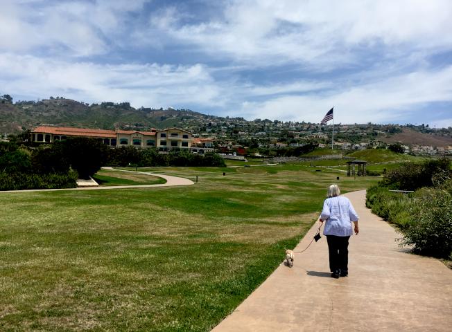 球場外緣附設公共步道,可供附近居民散步遛狗。後方那面70尺高的國旗,曾被當地人指控為違章建築。